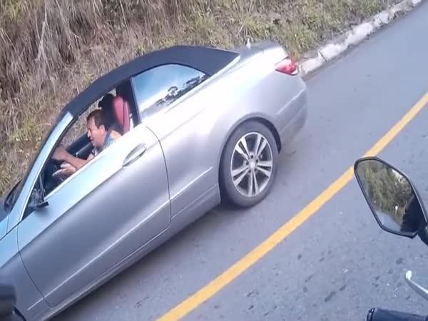 Drzý řidič mercedesu vs. motorkář