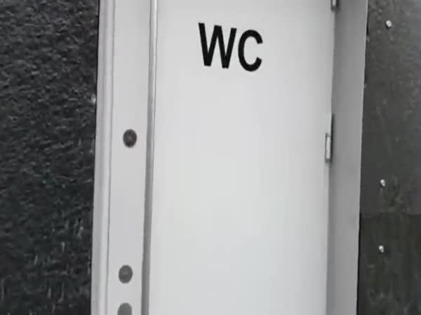 Překrásný výhled na záchodě