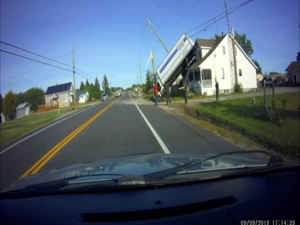 Nehoda - Kamion až na střeše domu