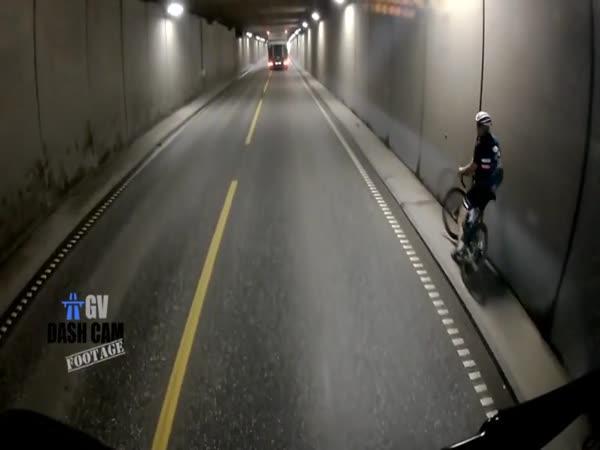 Cyklista v tunelu