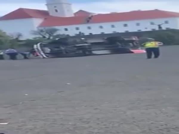 Hasičské auto se při zásahu převrátilo