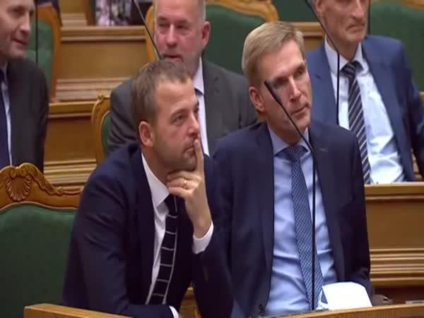 Dánská premiérka rozesmála parlament