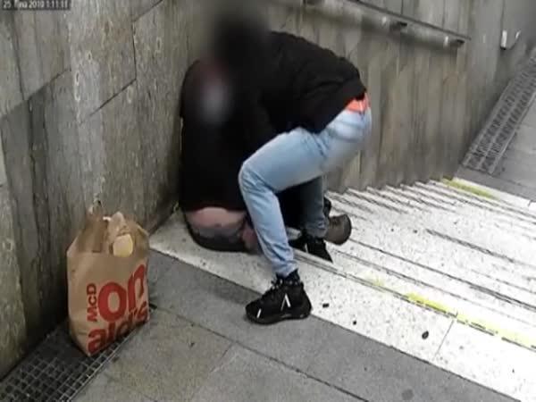 V Brně okradli spícího muže