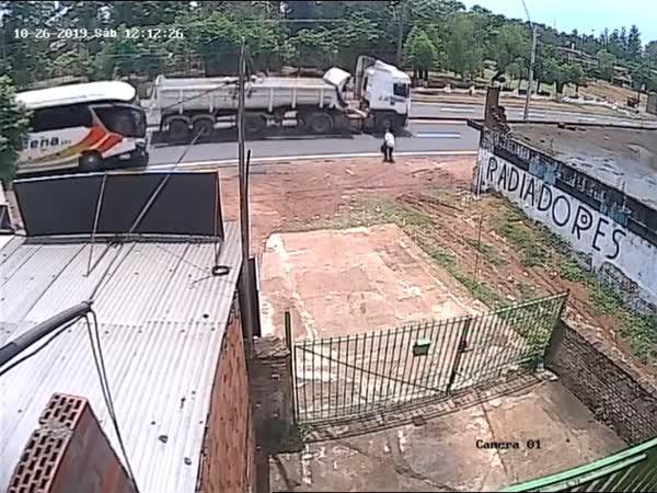 Nehoda – Skočil pod autobus