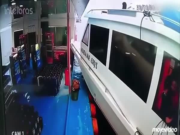 Loď mu málem skalpovala hlavu