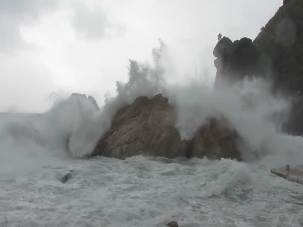 Rozbouřené moře v chorvatském Dubrovníku