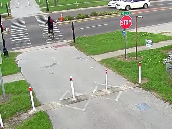 Cyklista vletěl pod auto