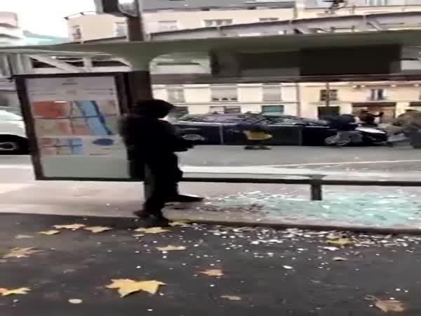 Vandalové ničí zastávku v Paříži