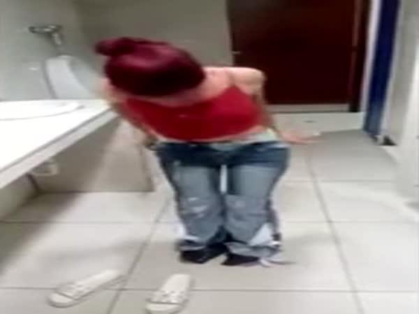 Žena chtěla ukrást osmery džíny