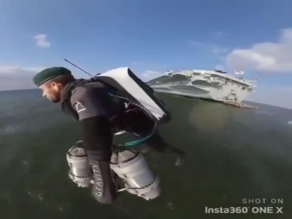 Voják létá nad mořem