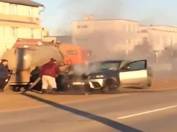 Hořící BMW polili obsahem hovnocucu