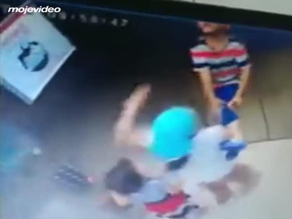 Dítě se málem uškrtilo ve výtahu