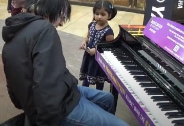 Klavírista v obchodním centru
