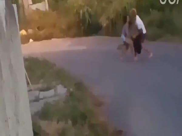 Zloděj vrátil lup a dostal pusu