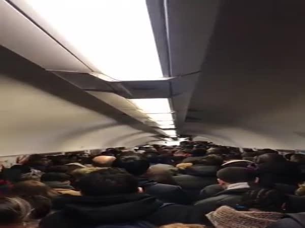 Zácpa lidí v metru v Paříži