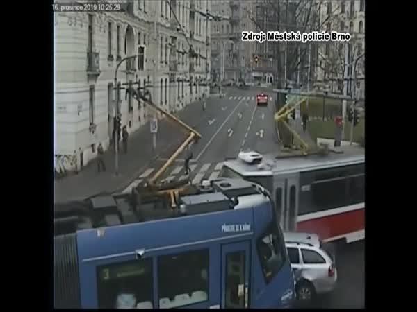 Tramvaje v Brně slisovaly auto