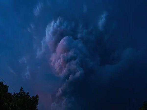 Filipínská sopka chrlí popel