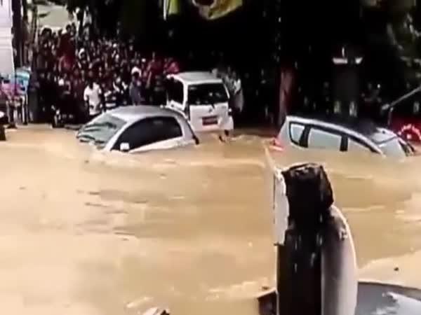 Šílené povodně v Indonésii