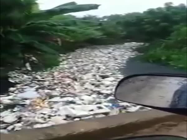 Desítky tun odpadu v řece