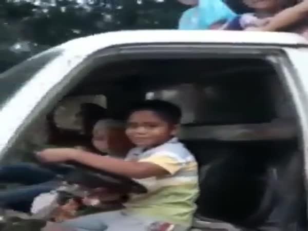 Malý kluk řídí auto