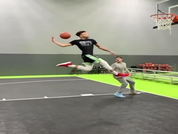 Parádní zavěšení v basketbalu