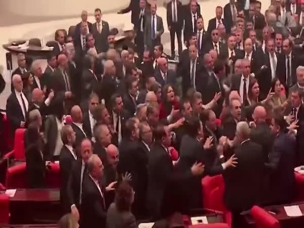 Bitka v tureckém parlamentu