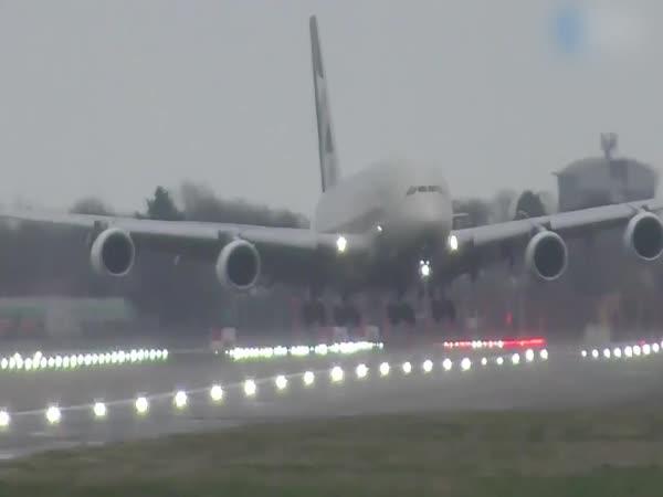 Nebezpečné přistání airbusu