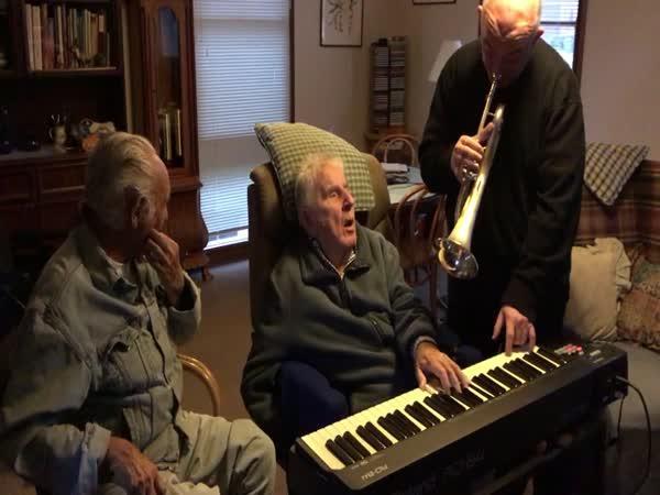 Je mu 95 a hraje na klavír
