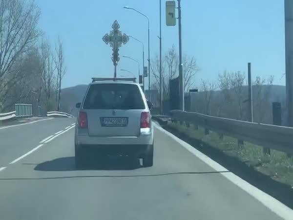 Kněz světí z auta