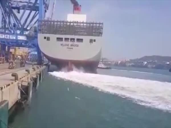 Obří loď narazila do přístavu