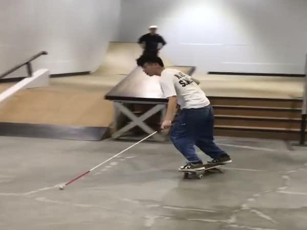 Slepý mladík na skateboardu