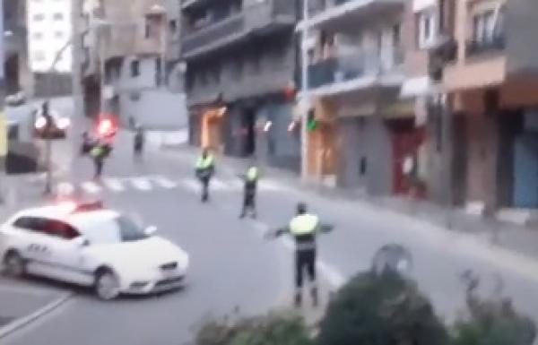 Italští policisté rozveselují lidi