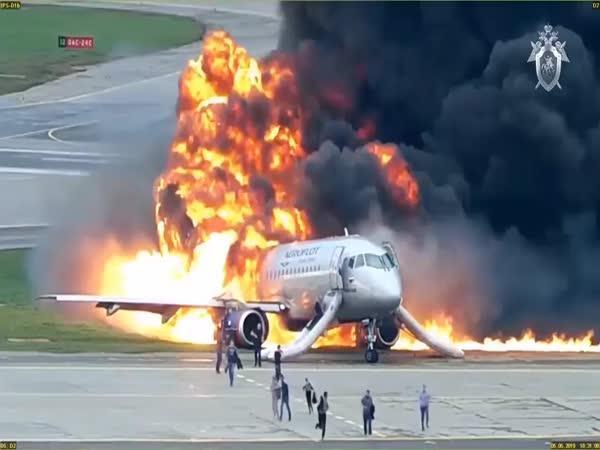 Uniklé záběry hořícího letadla