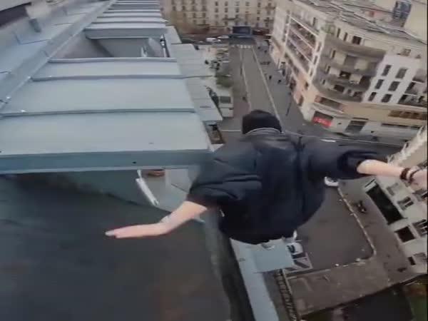 Blázen skáče po střechách