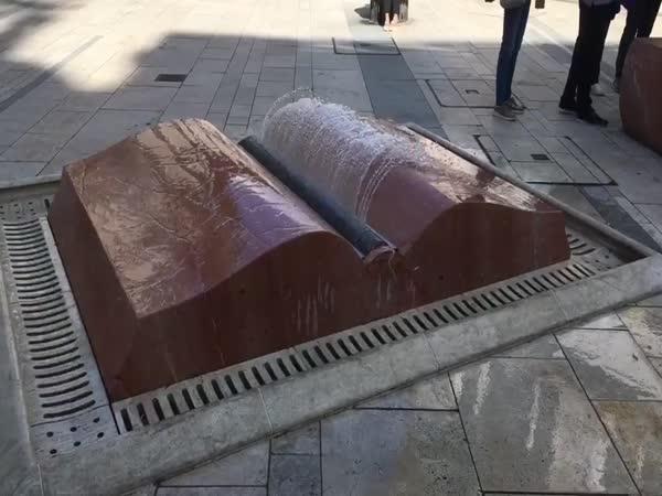 Fontána ve tvaru otevřené knihy