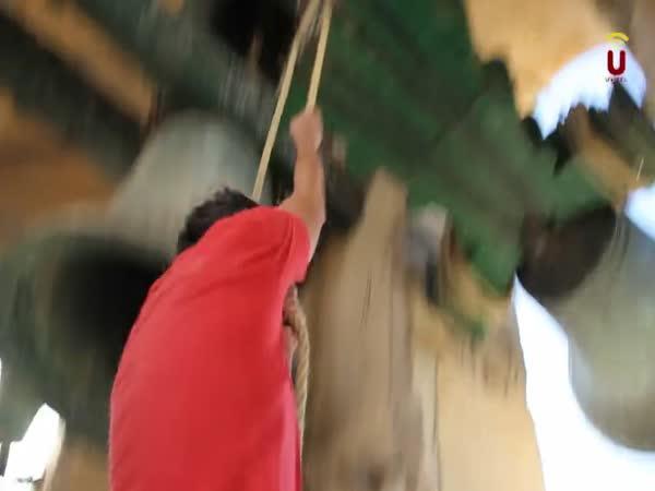 Riskantní práce zvonařů ve Španělsku