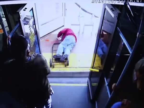 Vyhodila starého muže z autobusu