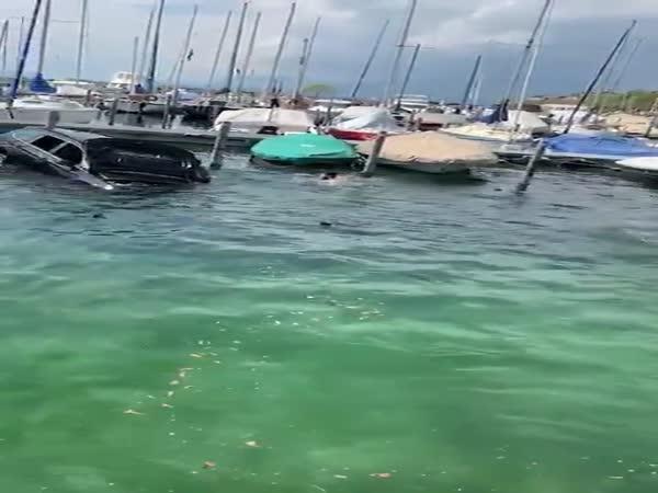 Záchrana řidiče z utopeného vozu