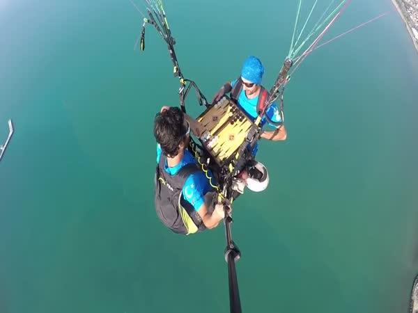 Při paraglidingu hrají hry