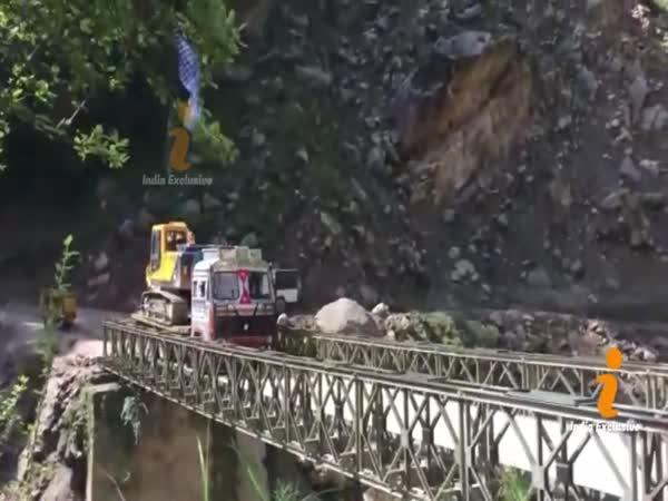 Propadl se pod nimi most