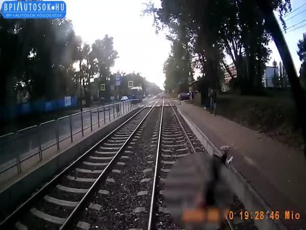 Muž spadl pod jedoucí tramvaj