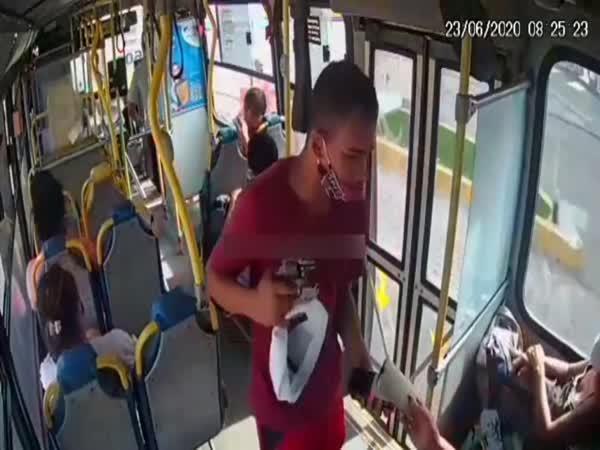 Okradl cestující autobusu