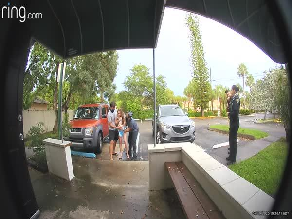 Porodila vestoje na parkovišti