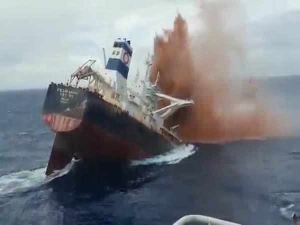 Potopení obří nákladní lodě
