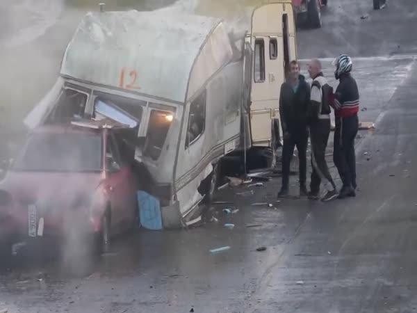 Demoliční derby karavanů