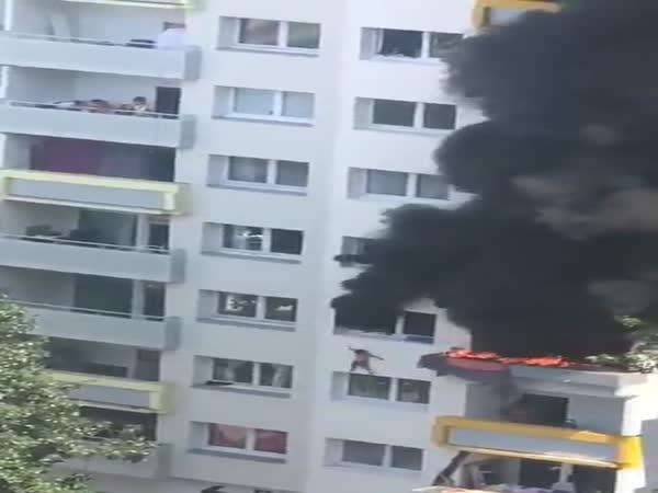 Děti při požáru skočily ze třetího patra