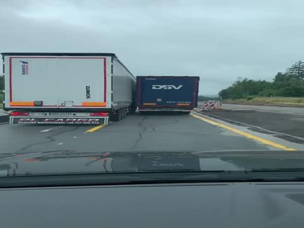 Česko – Polský kamioňák stupidně předjíždí