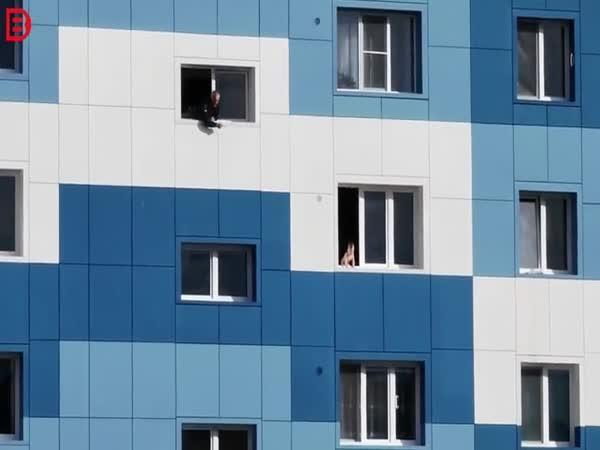 Dítě v okně v šestém patře