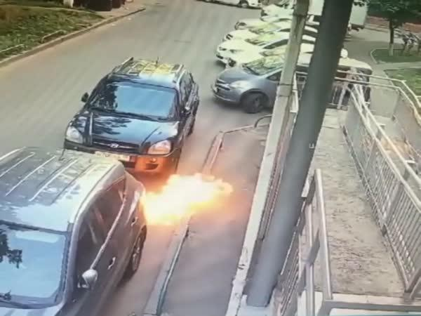 Molotovův koktejl ji téměř zasáhl do hlavy