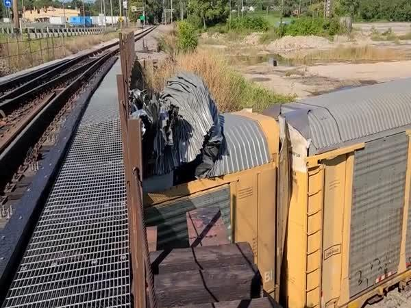 Zničil auta a střechu vlaku